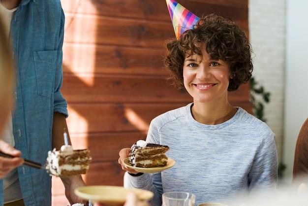 Vrouw op verjaardagsfeestje