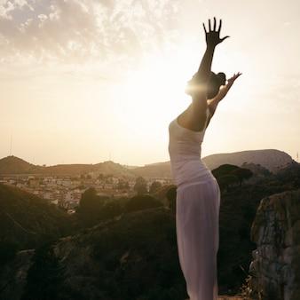 Vrouw op yoga positie met open armen