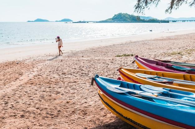 Vrouw op zee kust met boten