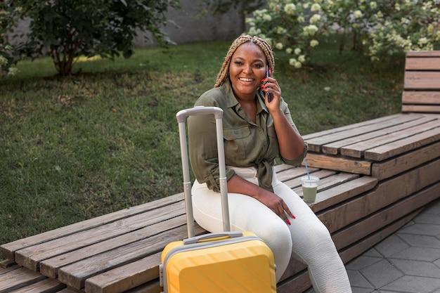 Vrouw op zoek gelukkig tijdens het gesprek aan de telefoon