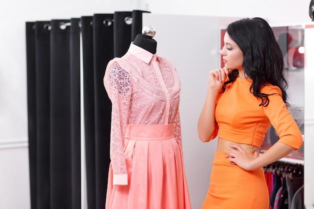 Vrouw op zoek naar een jurk