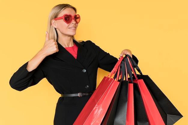 Vrouw op zwarte vrijdag verkoop duimen omhoog gebaar