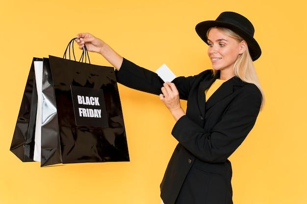 Vrouw op zwarte vrijdag verkoop met tassen
