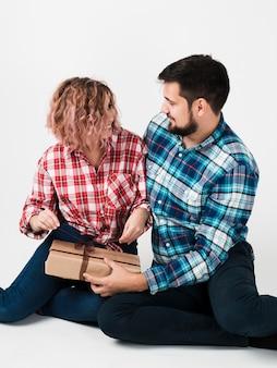 Vrouw opening cadeau voor valentines