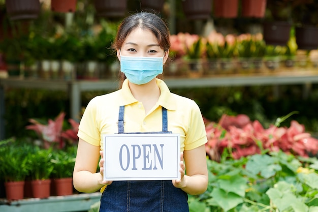 Vrouw opent bloemenmarkt