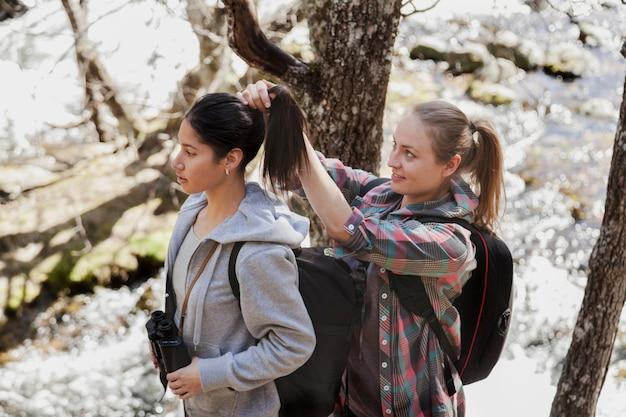 Vrouw ophangen van het haar van haar vriend