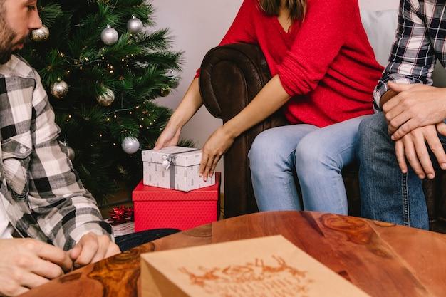 Vrouw opheffing geschenkdoos Gratis Foto