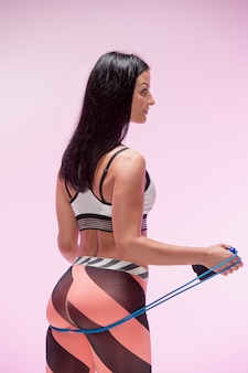 Vrouw opleiding in sportkleding met springtouw