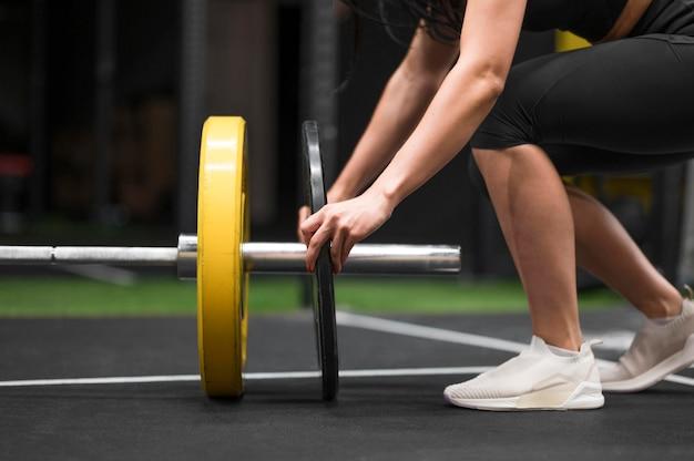 Vrouw opleiding met gewichtheffenclose-up