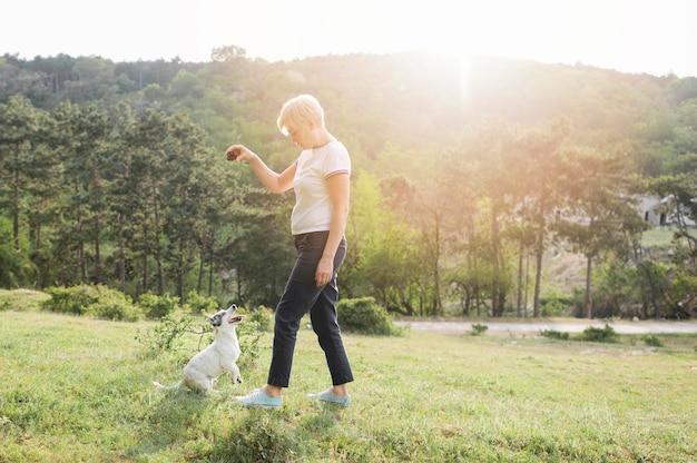 Vrouw opleiding metgezel in het park