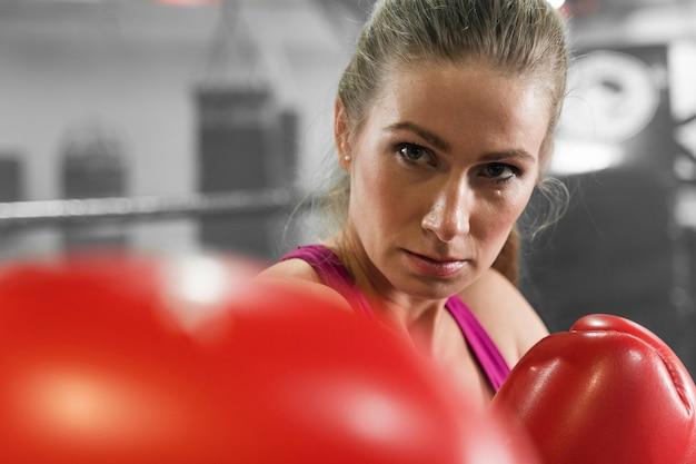 Vrouw opleiding voor een in dozen doend de concurrentieclose-up