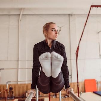 Vrouw opleiding voor kampioenschap turnen