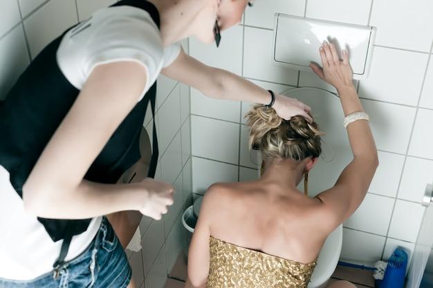 Vrouw overgeven in het toilet