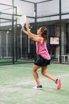Vrouw padel spelen