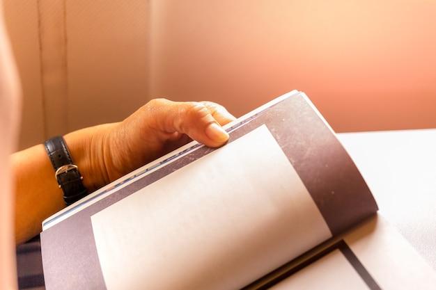 Vrouw passagier doden tijd door het lezen van boek tijdens het reizen op het vliegtuig.