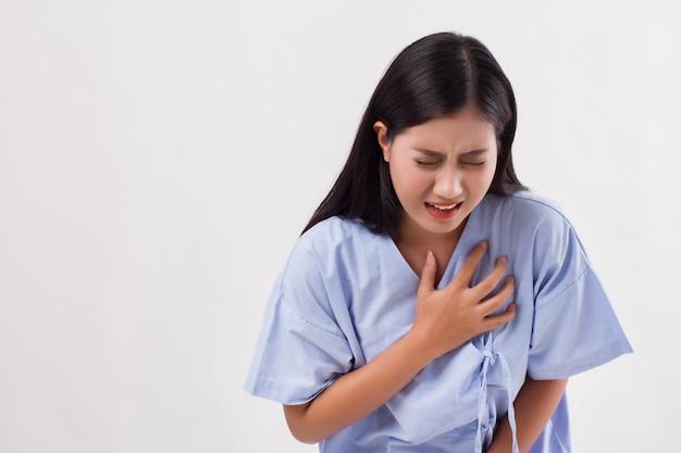 Vrouw patiënt die lijdt aan een hartaanval