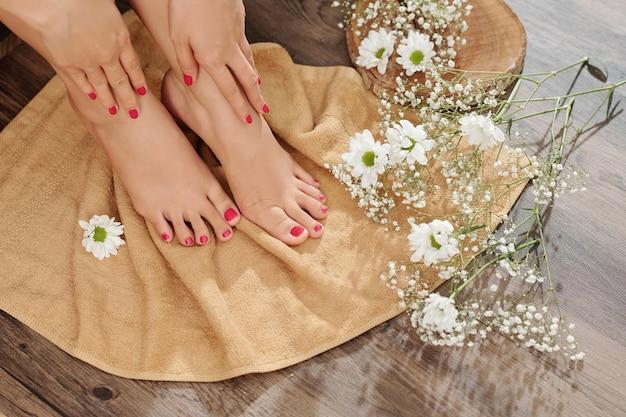 Vrouw pedicured voeten afvegen