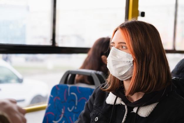 Vrouw pendelt in een beschermend gezichtsmasker. coronavirus, covid-19-concept voor verspreidingpreventie, verantwoordelijk sociaal gedrag van een burger
