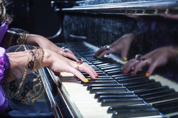Vrouw piano spelen