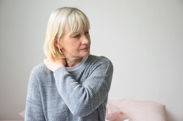 Vrouw pijn op de borst in de ochtend.