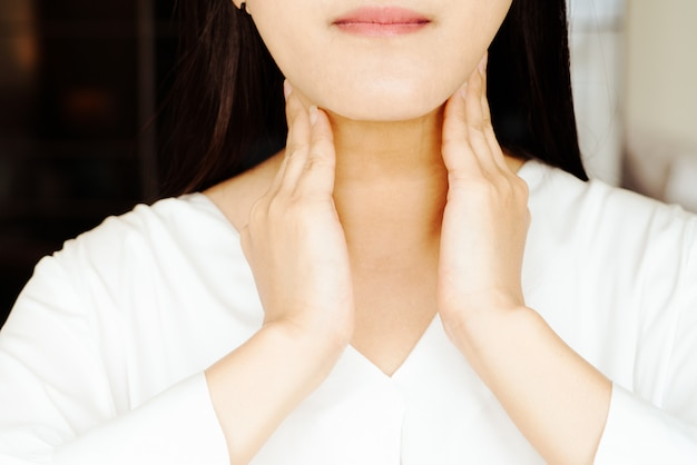 Vrouw pijnlijke nek en tonsillitis, gezondheidszorg en geneeskunde herstel concept