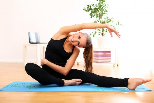Vrouw pilates beoefenen