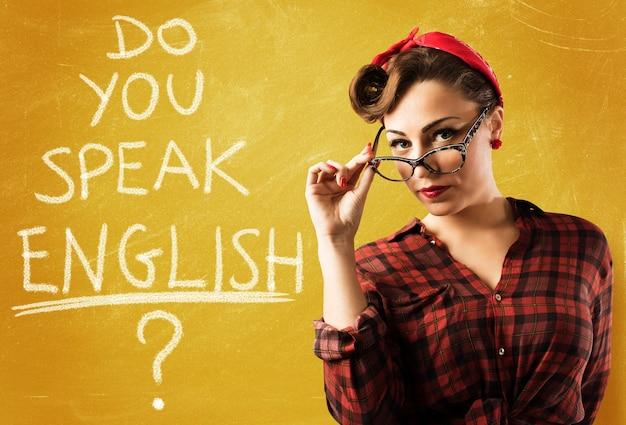 Vrouw pinup stijl met bril en schoolbord