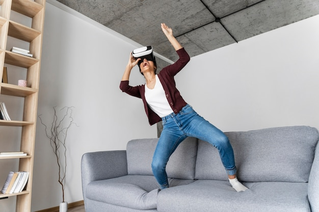 Vrouw plezier thuis met virtual reality headset