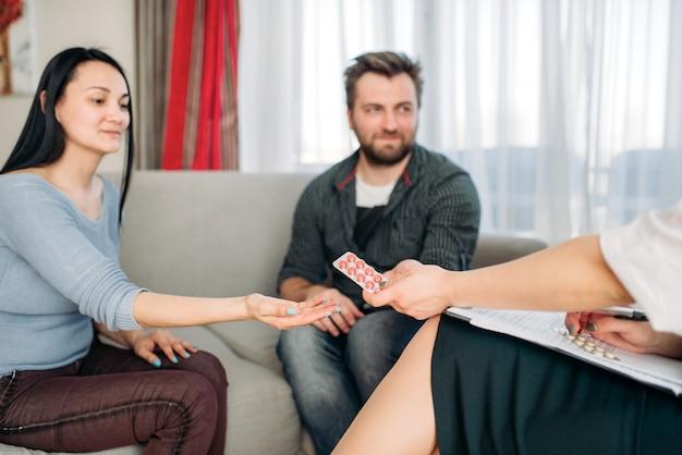 Vrouw ploetert, receptie psycholoog