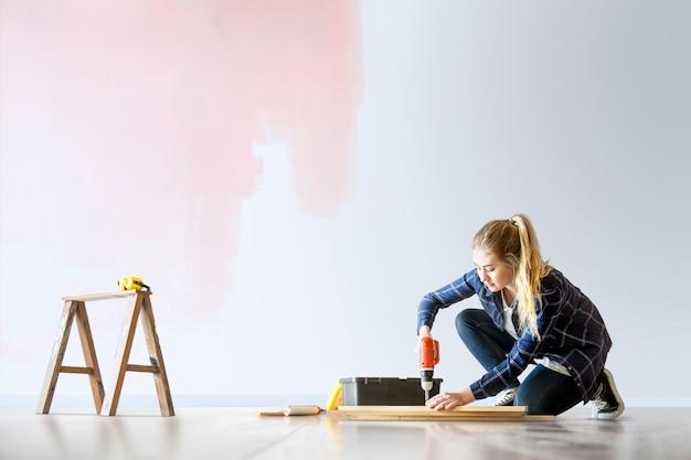 Vrouw png het huis renoveren