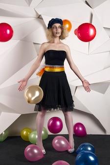 Vrouw pop met veelkleurige ballonnen verjaardag