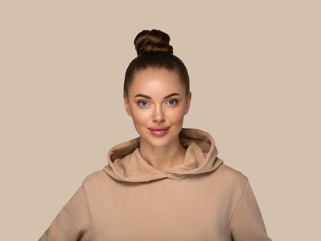 Vrouw portret casual natuurlijke studio vrouwelijke lang haar. kleur achtergrond. bruin