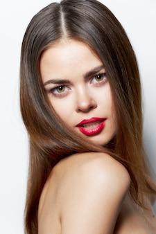 Vrouw portret op zoek sexy charmante blik lichte achtergrond