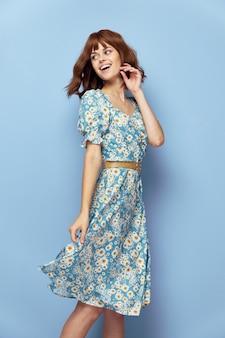 Vrouw portret wegkijken glimlach stijlvolle kleding bijgesneden weergave