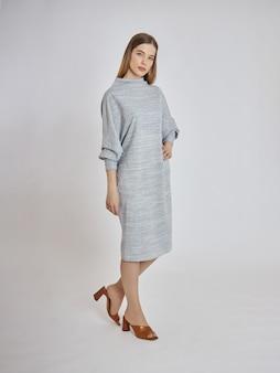 Vrouw poseert in een nieuwe collectie zomerkleding. succesvol meisje