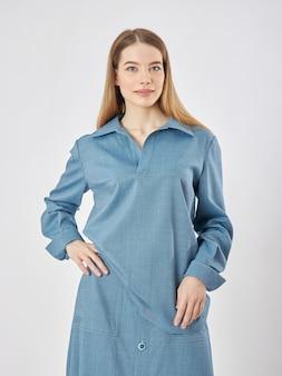 Vrouw poseert in een nieuwe collectie zomerkleding. succesvolle meid
