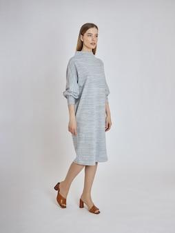 Vrouw poseert in een nieuwe collectie zomerkleding