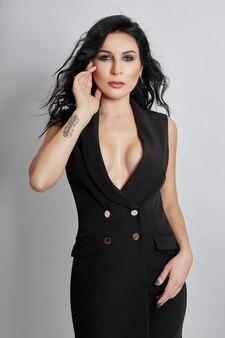 Vrouw poseren draagt een zwart pak