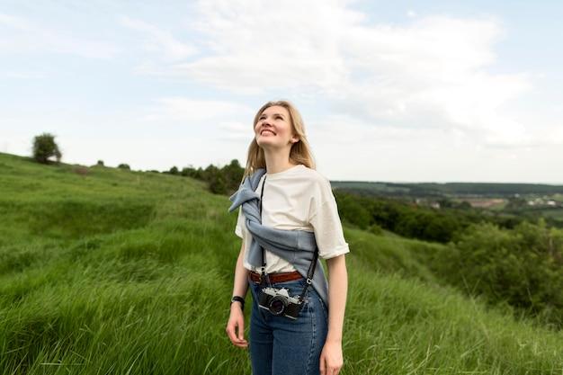 Vrouw poseren in de frisse lucht in de natuur