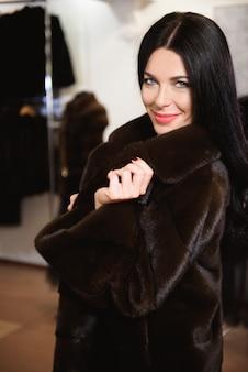 Vrouw poseren in luxe bontjas. mode en beauty.