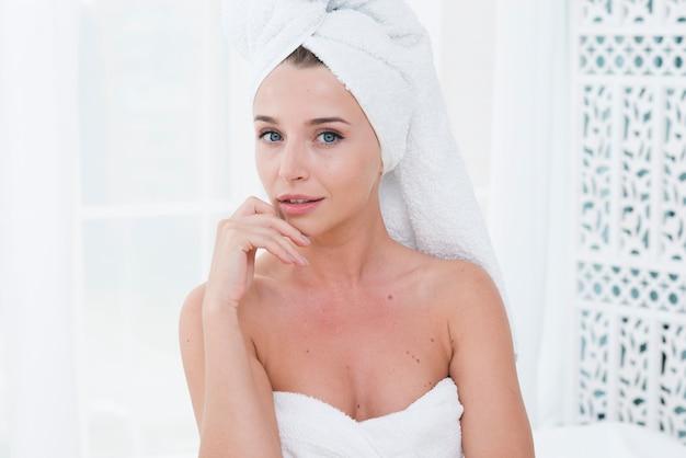 Vrouw poseren met badjas in een spa