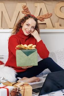 Vrouw poseren met geschenkdoos