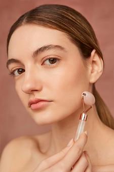 Vrouw poseren met gezicht tool close-up