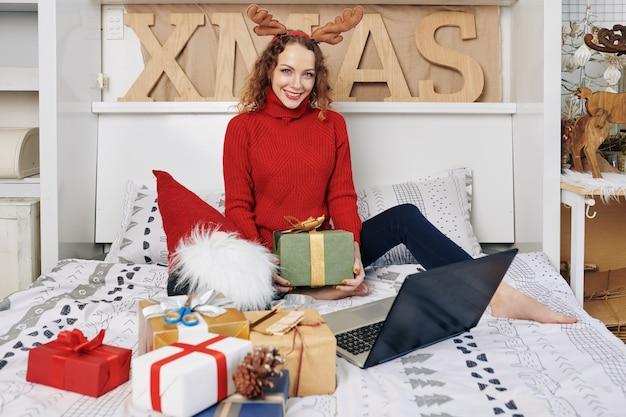 Vrouw poseren met kerstcadeautjes