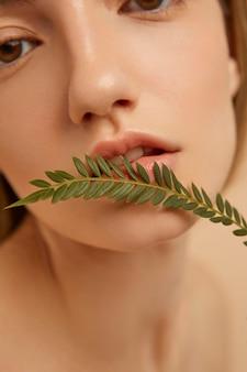 Vrouw poseren met plant close-up