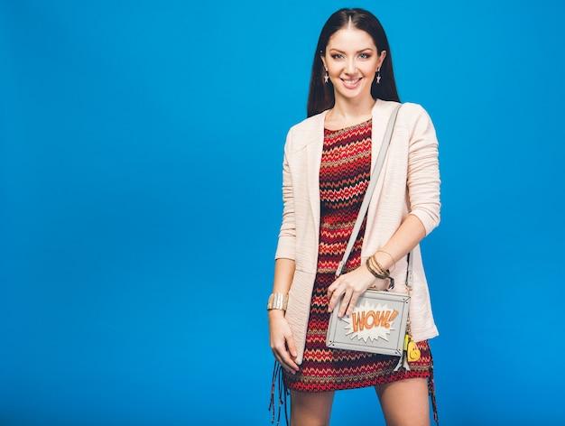 Vrouw poseren met zomer mode tas
