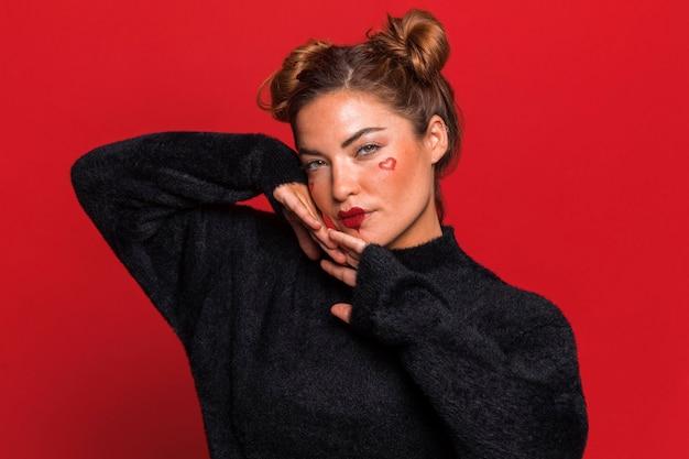 Vrouw poseren met zwarte trui
