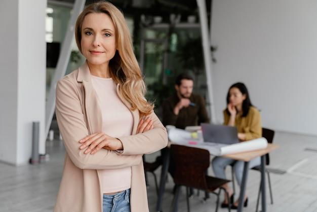 Vrouw poseren naast haar collega's