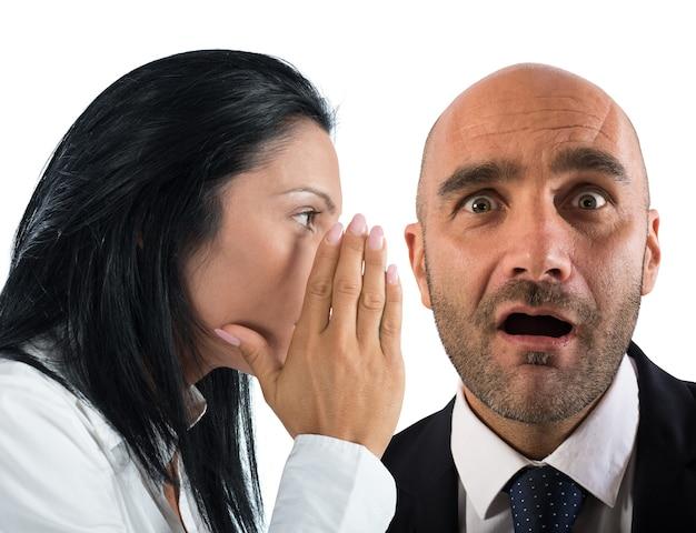 Vrouw praat in het geheim met een man