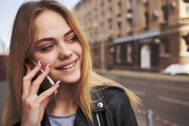 Vrouw praten aan de telefoon buiten lopen communicatie levensstijl